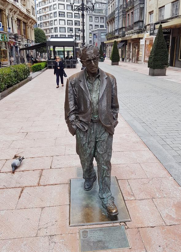 פסל של וודי אלן  במדרחוב של אוביידו