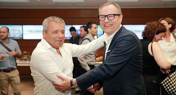 """מימין: יו""""ר ומנכ""""ל IFF אנדראס פיביג ומנכ""""ל פרוטרום לשעבר אורי יהודאי. החיבוקים התחלפו בחשדות"""