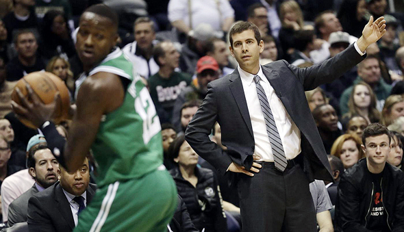 בראד סטיבנס מאמן בוסטון סלטיקס מביט בטרי רוז