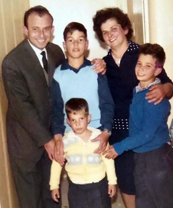 1967. דדי פרלמוטר בר המצווה (מימין) עם הוריו אברהם וזהבה ואחיו עמי (16) וליאור (8), ברמת גן