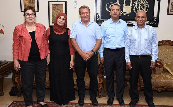 """אנשי סיראג'. מימין: ג'יהאד אל-סאנע, חאדר אל-שייך, גיורא ירון, ד""""ר סארה אבו-כף וסמדר נהב"""