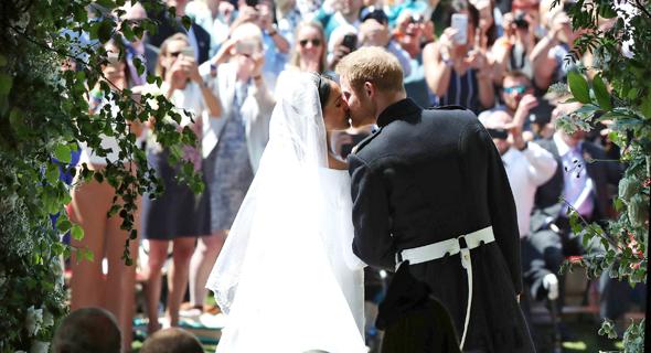 הנסיך הארי ומייגן מרקל מתנשקים בחתונתם, צילום: איי פי