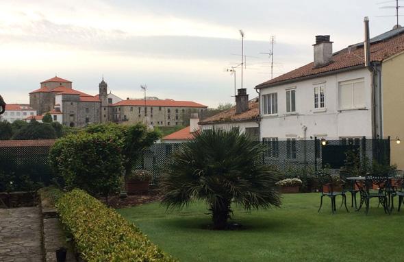 חצר המלון