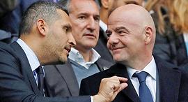"""ג'יאני אינפנטינו, נשיא פיפ""""א, עם חאלדון אל־מובארק, נשיא מנצ'סטר סיטי. אין היגיון, צילום: רויטרס"""