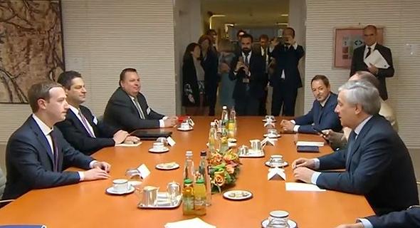 צוקרברג בפגישה מקדימה, לפני תחילת עדותו
