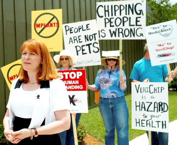 """הפגנה נגד השתלת שבבים בחולי אלצהיימר בפלורידה. בארה""""ב פועלים להגביל השתלות, צילום: איי פי"""