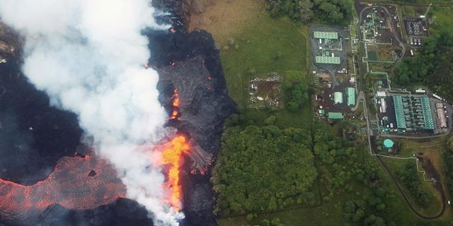 צפו: המפעל של אורמת בהוואי - מטרים ספורים מהתפרצות הלבה
