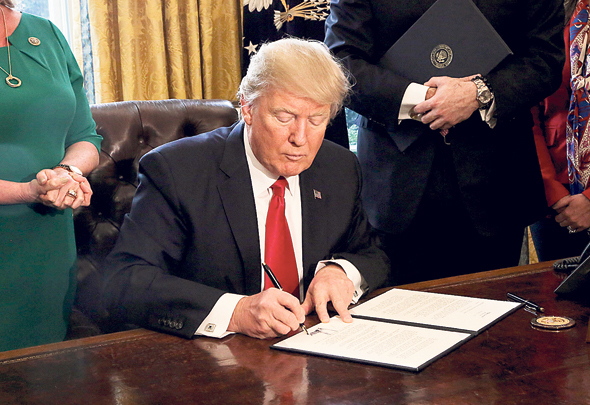 דונלד טראמפ חותם על צו לבחינה מחדש של דוד פרנק, צילום: בלומברג