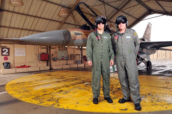 קצת עזרה מחברים. טייסי חיל האוויר עם מטוס F16, צילום: שאטרסטוק