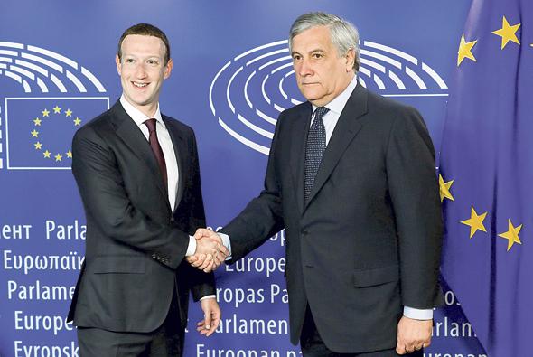 """מימין יו""""ר הפרלמנט האירופי אנטוניו טאג'ני ומנכ""""ל פייסבוק מארק צוקרברג, צילום: רויטרס"""