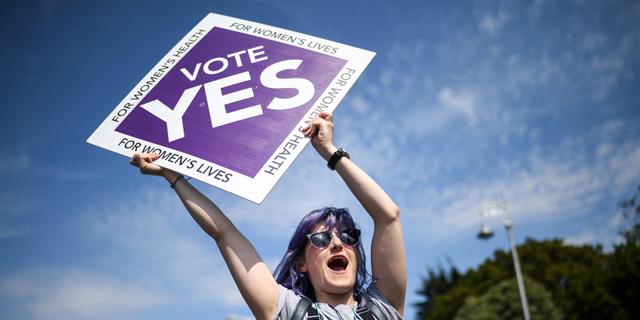 תומכת בזכות להפלה במשאל העם באירלנד, צילום: גטי אימג