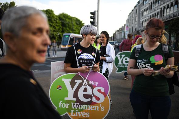תומכות בהפלות בעת משאל העם באירלנד, צילום: גטי אימג