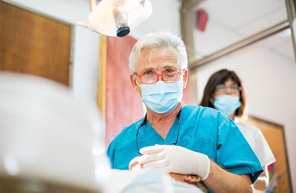 """ד""""ר דב ברגר,מבעלי חיוכים – מרכז להשתלות שיניים בבית החולים לניאדו , צילום: ג"""