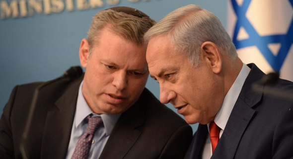 Eli Groner whispers in discussion with Israeli Prime Minister Benjamin Netanyahu. Photo: GPO