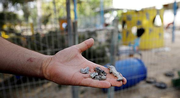 שאריות של פצצת מרגמה שנפלה סמוך לגן ילדים בעוטף עזה