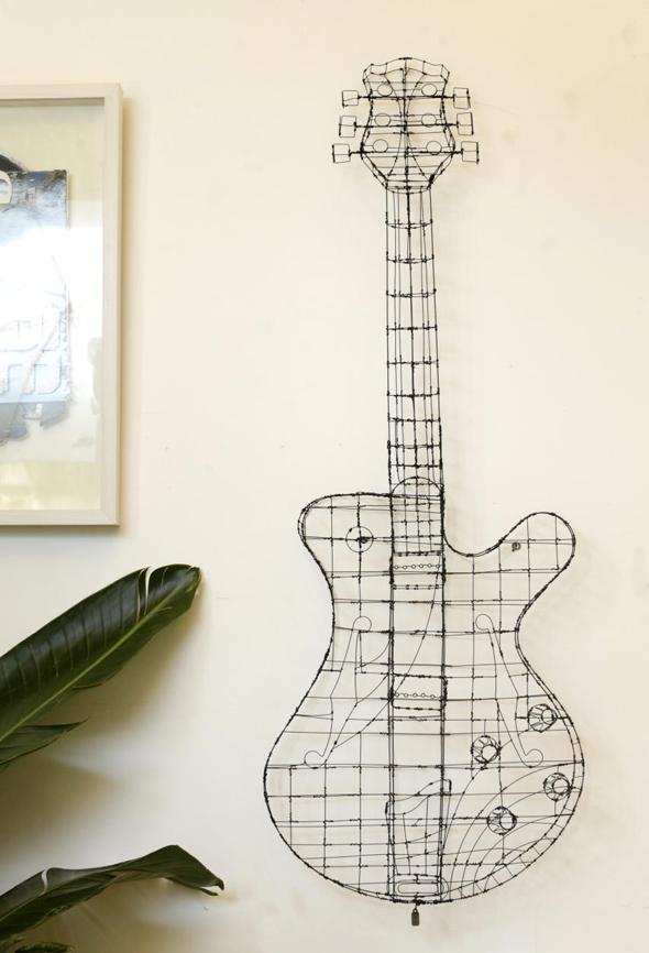 הגיטרה שיצר קובי סיבוני מחוטי ברזל