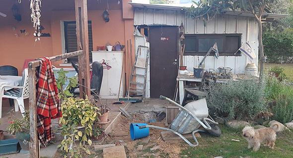 חצר הבית באשכול שבו פגעה הרקטה, צילום: ביטחון מועצה אזורית אשכול