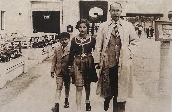 1935. זלמן שובל בן ה־5 עם אחותו אדית ואביהם שאול בצופוט, עיירת נופש הסמוכה לדנציג