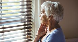 קשישה ב דירה זיקנה, צילום: שאטרסטוק