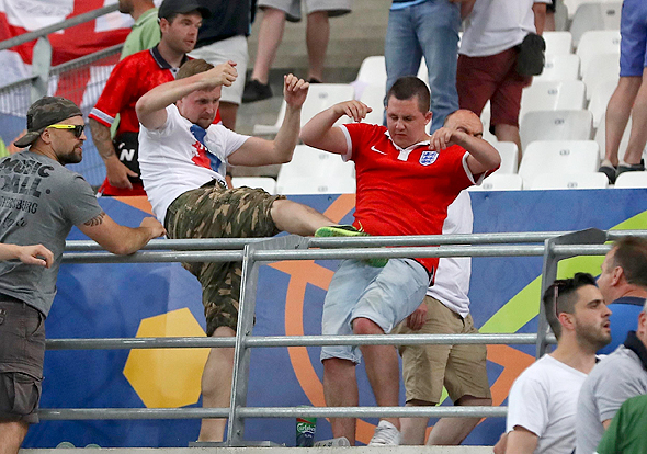 אוהדים רוסים נגד אנגלים ביורו 2016. כדורגל אנגלי היה אלים לאורך כל המאה העשרים
