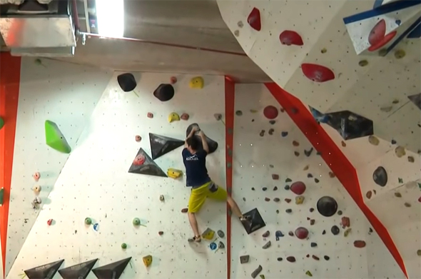 אלכס חזנוב מטפס על הקיר. שנים של אימונים ורגעים בודדים של תהילה