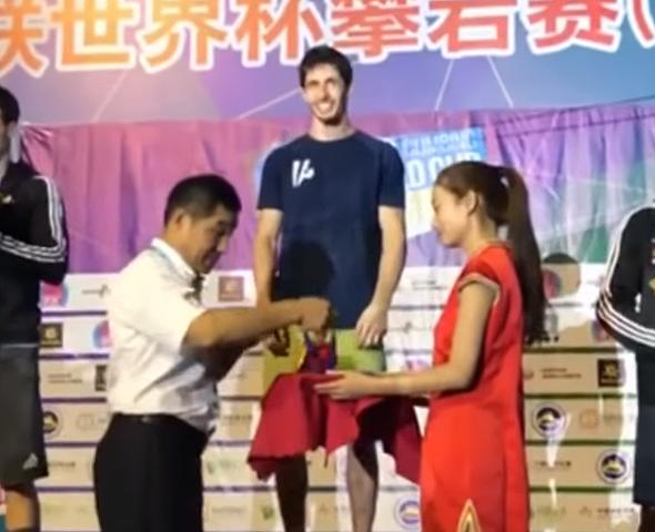 חזנוב מקבל את מדליית הזהב על הפודיום