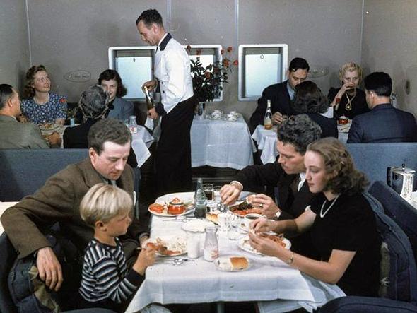תא נוסעים של קליפר, בזמן הגשת ארוחה. ולפני מלחמת העולם השנייה