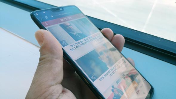 מסך הטלפון, תחת תאורה ישירה, צילום: רפאל קאהאן