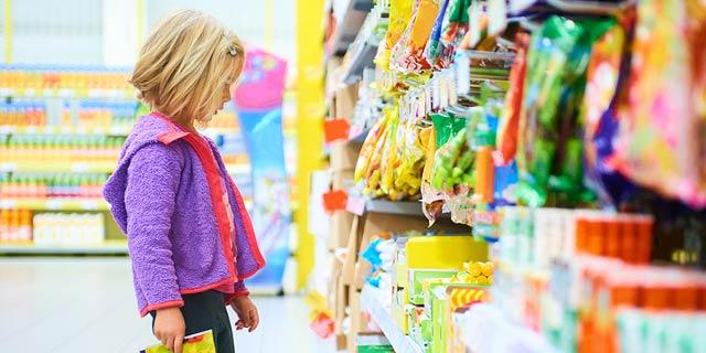 בריטניה נלחמת בהשמנת ילדים: תאסור על מכירת ממתקים ליד הקופות