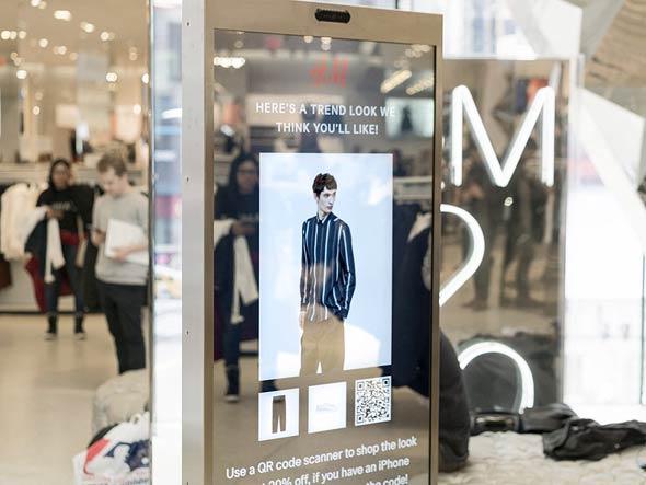 המראה החכמה בסניף H&M בניו יורק, צילום: Visual Art