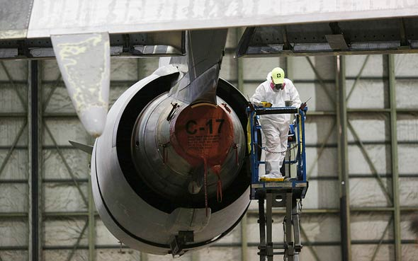 U.S. Air Force aircraft engine maintenance (illustration). Photo: Bloomberg