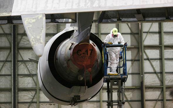 U.S. Air Force aircraft engine maintenance (illustration). Photo: Bloomberg