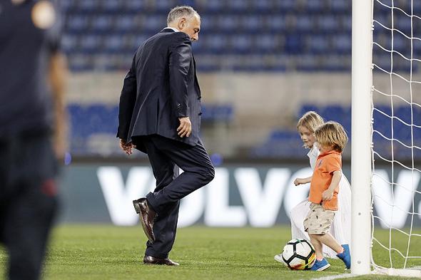 ג'יימס פאלוטה הבעלים האמריקאי של רומא עם ילדים של שחקני הקבוצה