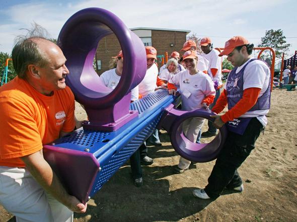 """עובדי הום דיפו מתנדבים בהקמת גן שעשועים בטורונטו, קנדה. מעורבות חברתית נותנת לעובדים """"רישיון מוסרי"""""""