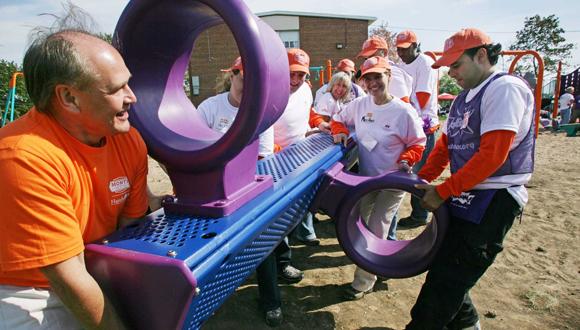 עובדי הום דיפו מתנדבים בהקמת גן שעשועים ב טורונטו קנדה, צילום: בלומברג