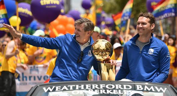 """ריק וולץ ובן זוגו חוגגים עם גביע ה-NBA באירועי יום הגאווה בסן פרנסיסקו. """"ההצלחה של גולדן סטייט לא קשורה לכך שאני גיי, זו בדיוק הנקודה"""", צילום: גטי אימג"""