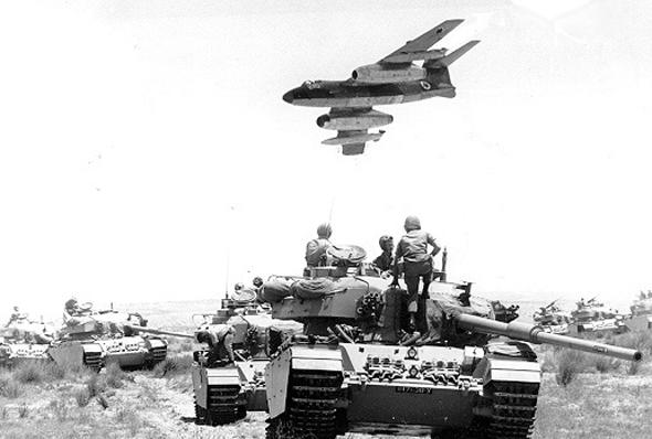 מטוס ווטור מעל לטור שריון ישראלי
