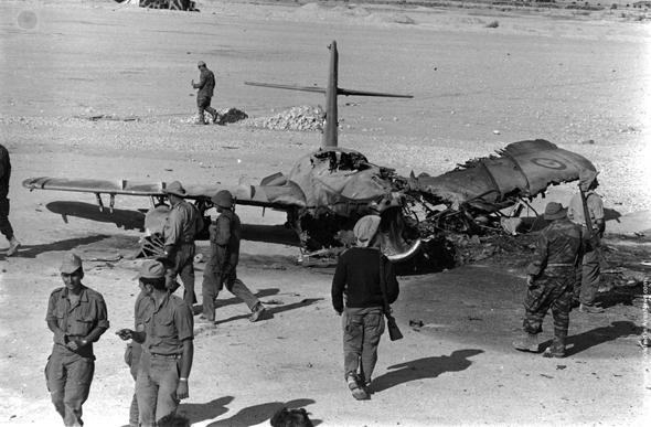 מיג 19 מצרי שהושמד על הקרקע בתקיפת חיל האוויר