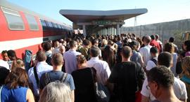 עומס ב תחנת רכבת ב הרצליה, צילום: יריב כץ