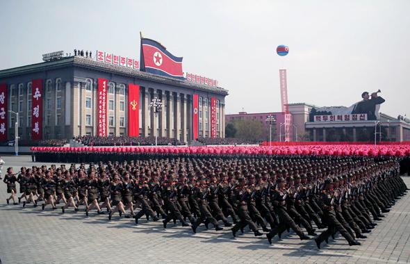 מצעד צבאי בכיכר קים איל סונג, בצפון קוריאה. בכירים מפיונגיאנג כבר קיימו סיור בסין כדי ללמוד מהשכנים על פריצות דרך בתחומי המדע, הטכנולוגיה והתחבורה