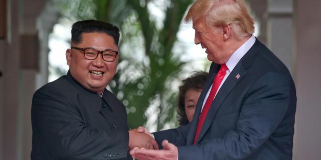 """טראמפ הסיר מצפון קוריאה סנקציות שהממשל שלו הטיל כי הוא """"אוהב את קים ג'ונג און"""""""