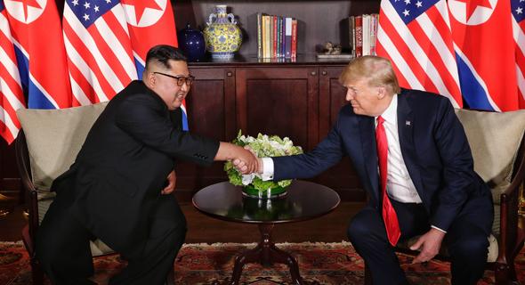טראמפ וקים ג'ונג און לוחצים ידיים בסינגפור