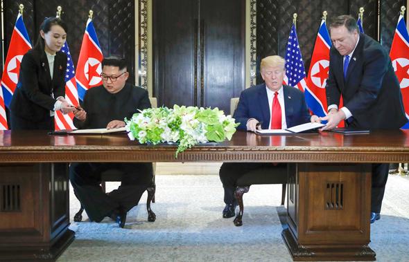 דונלד טראמפ ו קים ג'ונג און חתימה חותמים הסכם, צילום: איי פי