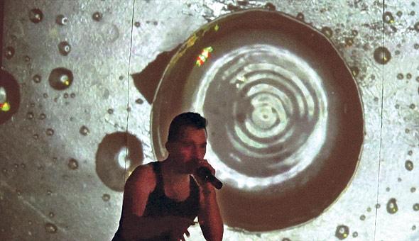 מתוך המופע, המחשת מוזיקה באמצעות מים. גם הנגנים התפלאו