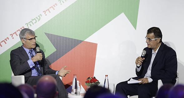 ישי דוידי (משמאל) בשיחה עם גולן חזני בוועידה, צילום: עמית שעל