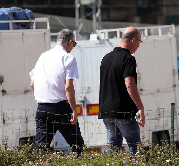 נוני מוזס (משמאל) בדרך לחקירה בלהב 433