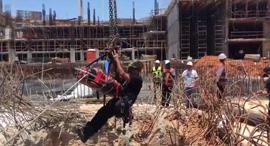 תאונת עבודה קריסה ב אתר בנייה ב פתח תקווה, צילום: דוברות כבאות והצלה