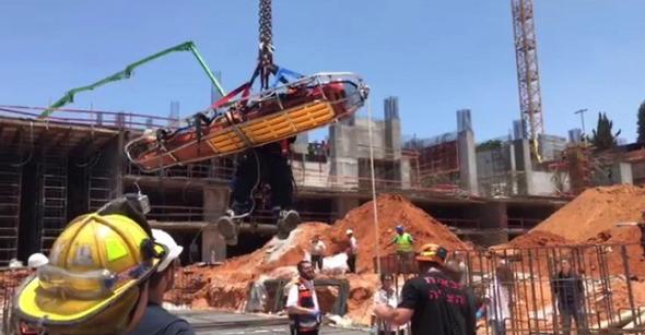תאונת עבודה באתר בנייה (ארכיון), צילום: דוברות כבאות והצלה
