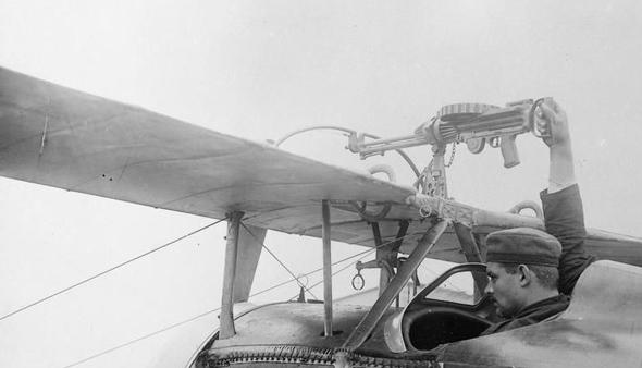 מקלע על כנף עליונה של מטוס