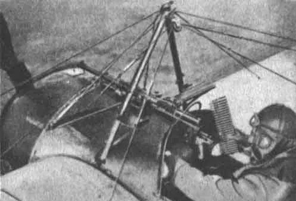 גארוס במטוסו, בוחן את המערכת שהתקין